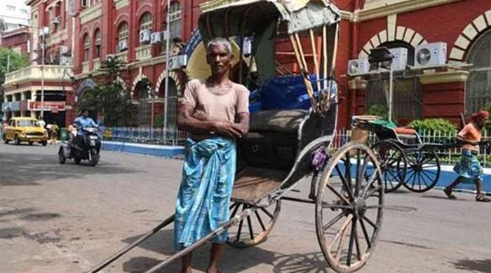 Rickshaw pullers fade from India´s streets