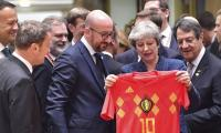 Belgian PM surprises UK´s May with World Cup shirt