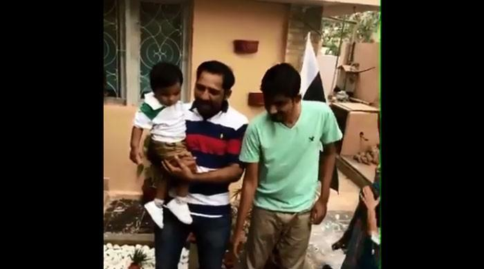 Sarfraz celebrates Independence Day at home by cutting cake