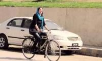 US blogger eulogized for riding bike in Peshawar, Twitter appalled at the 'hypocrisy'