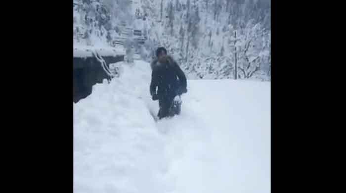 Watch: Polio worker trudges through heavy snow to vaccinate children