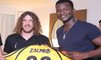Sammy showers love on Puyol as the duo meets in Karachi