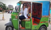 American travel blogger Cynthia Ritchie drives rickshaw, goes mango shopping in Pakistan