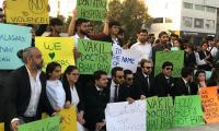 Karachi lawyers protest at Do Talwar against PIC attack