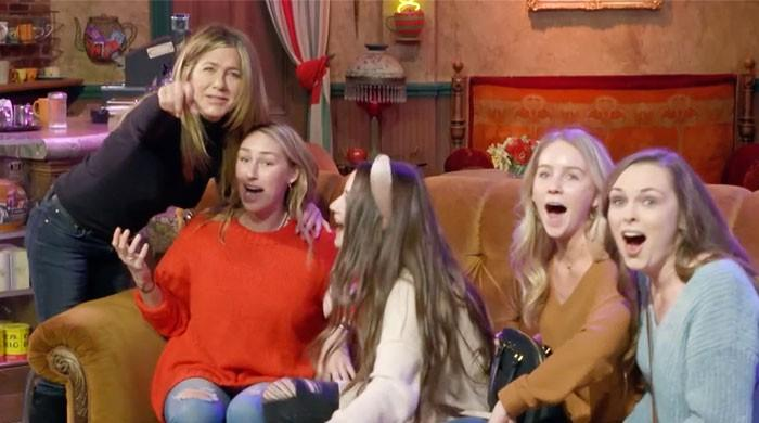 Jennifer Aniston scares fans as she hides behind Central Perk couch: WATCH - The News International