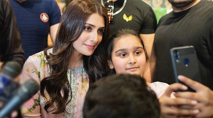 Ayeza Khan mingles with fans, shares adorable selfies