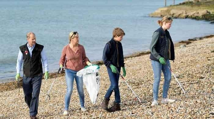 Sophie, Prince Edward and children help clean beach in Portsmouth - The News International