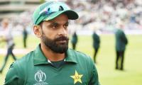 In row with Amir, Hafeez comes out in support of Misbah, Waqar
