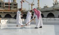 Saudi team cleans Holy Kaaba's roof in 40 minutes, setting new record