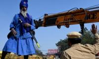 India´s sword-wielding Sikh warriors guard protesting farmers