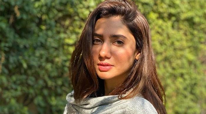 Mahira Khan drops jaws with her stunning sun-kissed snap