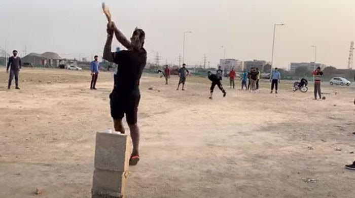 Watch: Darren Sammy of Peshawar Zalmi played street cricket in Lahore