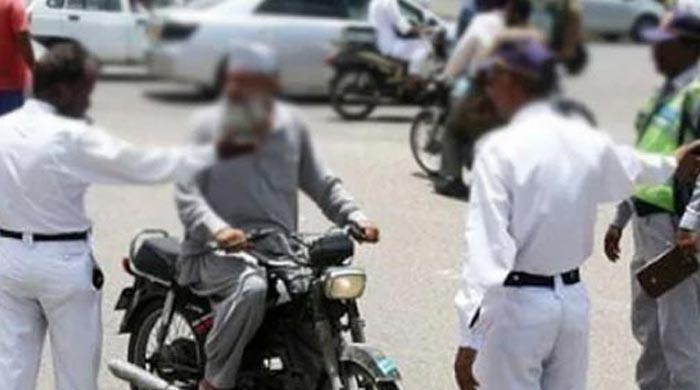 Karachi resident quarreled with a traffic policeman
