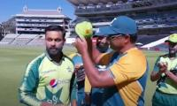 Video: Waqar Younis gives Mohammad Hafeez 100th T20I cap
