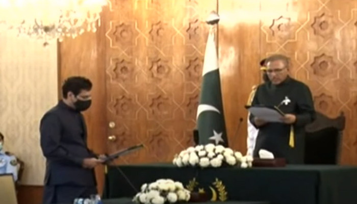 Chaudhry Moonis Elahi (left) taking oath as a federal minister at President House in Islamabad, on July 19, 2021. — YouTube/HumNewsLive