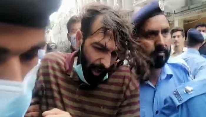 Zahir Jaffer, the alleged killer of Noor Mukadam, brought to the court in handcuffs, on July 26, 2021. Photo: Twitter/Senator Sehar Kamran