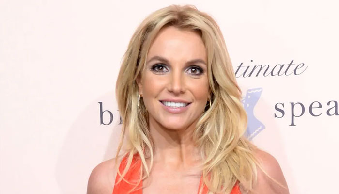 Britney Spears relieves stress through an impromptu painting session
