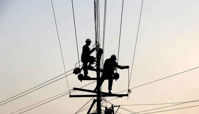 K-Electrics officials are working to restore electricity. Photo: file