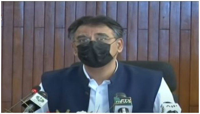 Federal Minister for Planning, Development, and Special Initiatives Asad Umar giving a press briefing. Photo: Screenshot via Geo News.