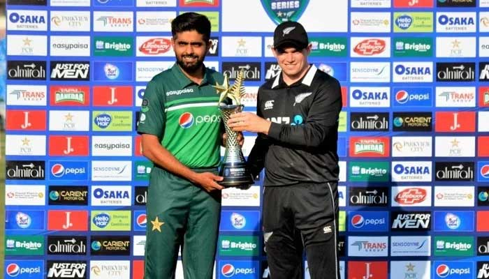 Pakistan and New Zealand skippers hold the trophy. Photo:Twitter/TheRealPCB/File